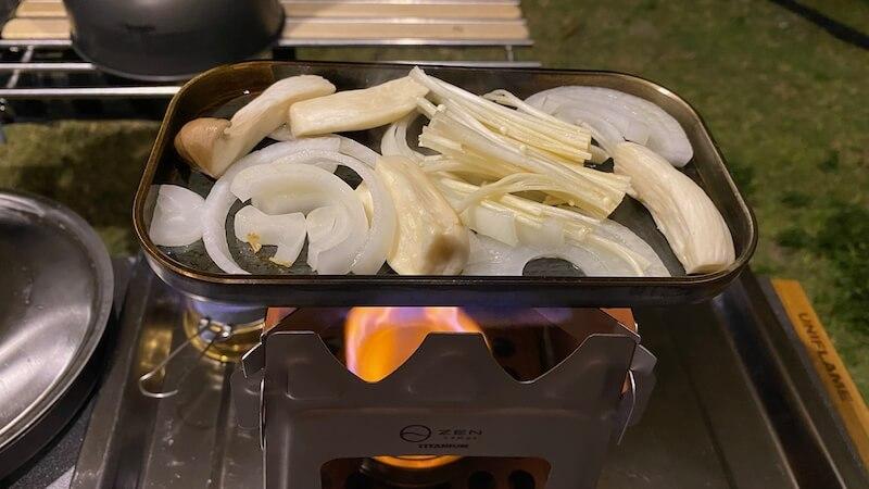 ZEN Camps チタン製ウッドストーブ Fire Garden S でアルコールストーブでロックパンSを調理1